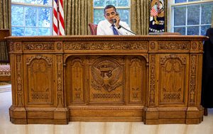 350px-Barack_Obama_sitting_at_the_Resolute_desk_2009